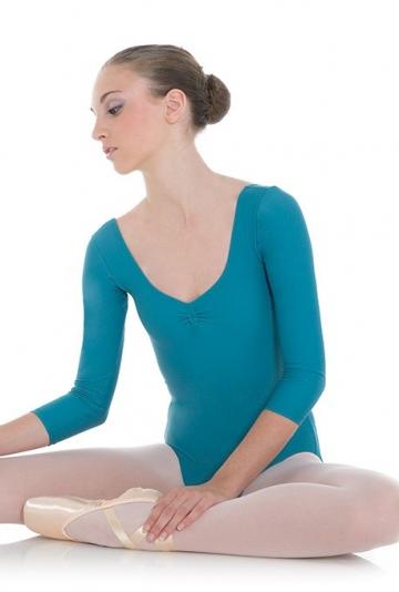 Danse des corps avec des manches longues et curl